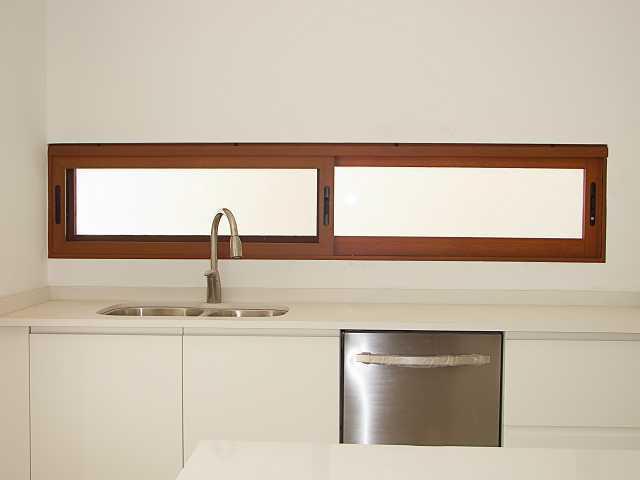 Servicios vidrio y aluminio meller for Puerta corrediza de madera para bano